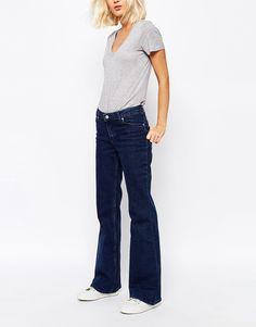Jeans von Weekday Stretchdenim mit hohem Baumwollanteil tiefer Bund Fünf-Taschen-Stil Reißverschluss kurzer Schnitt ausgestellte Passform - gerades Bein und Schlag am Knöchel Maschinenwäsche 99% Baumwolle, 1% Elastan Model trägt UK-Größe 8/EU-Größe 36/US-Größe 4 und ist 175 cm/5 Fuß 9 Zoll groß