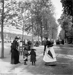 Allons au #jardin des #Tuileries, parents et enfants...mais en 1895.Bien habillés et à la #mode ! #Paris #France