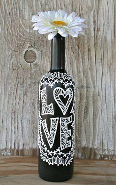 Bemalte Wein Flasche Love schwarz und weiß Hochzeit von LucentJane