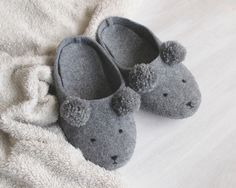 Warme Füße im Winter: Kuschelige Pantoffeln mit Bärengesicht / warm feet in winter: get your cute bear slippers by Pracownia-Uroczysko via DaWanda.com