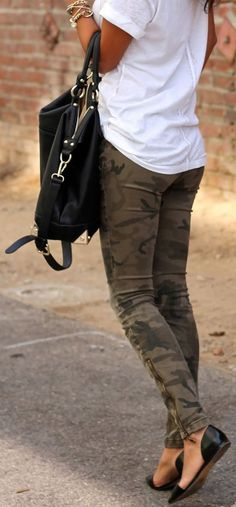 Street style | White t-shirt, camouflage pants, flats and a handbag