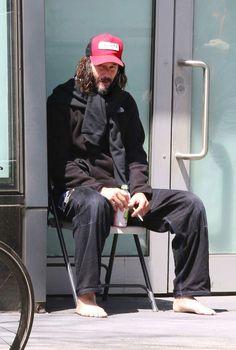 Keanu Reeves in New York yesterday smoking drinking watermelon juice barefoot Keanu Reeves Beard, Keanu Reeves Life, Keanu Reeves Young, Keanu Reeves John Wick, Keanu Charles Reeves, Keanu Reeves Pictures, Hair And Beard Styles, Long Hair Styles, New York City