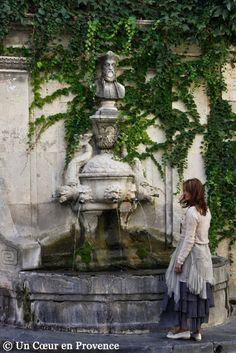 Fontaine  Nostradamus (La Font vieio) de Liotard de Lambesc à Saint-Rémy-de-Provence, ornée du buste de Nostradamus