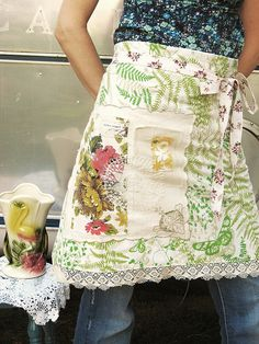 DIY Back to School Lunch Bag Tutorial from The Purl Bee love. Laura's Loop: Knit Tote - The Purl Bee - Knitting Crochet Sewing. Aprons Vintage, Vintage Sheets, Vintage Fabrics, Retro Apron, Vintage Linen, Sewing Hacks, Sewing Crafts, Sewing Projects, Dottie Angel