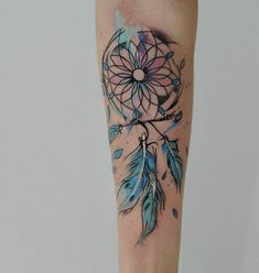 idée de tatouage attrape reve avant bras, plumes bleues, filet noir, nuage rose bleu, dessin tornade