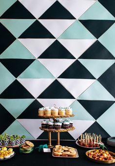 Painel geométrico de efeito belíssimo e muito simples de fazer para decorar o fundo atrás da mesa da festa.