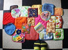 Bonita alfombra hecha con agarraderas de cocina