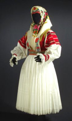 Slovak princess at DuckDuckGo Folklore, Costumes Around The World, European Dress, Dress With Shawl, Bohemian Girls, Folk Costume, Cool Fabric, Blouse Dress, Historical Clothing