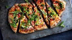 En grønn pizza på tykk bunn med minner fra det glade 80-tallet. Her er det brukt tomatsaus, men den kan erstattes med creme fraiche hvis du ønsker å lage en «hvit» variant. Vegetarian Eggs, Vegetable Pizza, Protein, Vegetables, Food, Immune System, Vegetable Recipes, Eten, Veggie Food