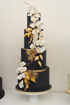 gorgeous wedding cake trends for 2017 Take a peek at some of the most beautiful cake designs that are going to be popular at weddings this year.Take a peek at some of the most beautiful cake designs that are going to be popular at weddings this year. Black Wedding Cakes, Beautiful Wedding Cakes, Gorgeous Cakes, Pretty Cakes, Gold Wedding, Black And White Wedding Cake, Trendy Wedding, Black White, White Gold