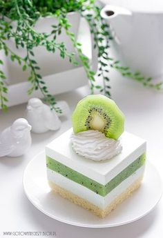 Sernik z musem z kiwi - Gotuję, bo lubię Fancy Desserts, Sweet Desserts, Sweet Recipes, Delicious Desserts, Cake Recipes, Dessert Recipes, Yummy Food, Kiwi Cake, Easy Baking Recipes