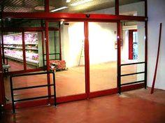 porta supermercato, protezione dai carrelli con tubi ancorati nel pavimento
