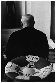 Pablo Picasso ceramic owl back and foreground, 1957 Villa La Californie, Cannes. Pablo Picasso, Art Picasso, Marc Chagall, Picasso Pictures, Cubist Movement, Photo D Art, Jolie Photo, Expo, Salvador Dali