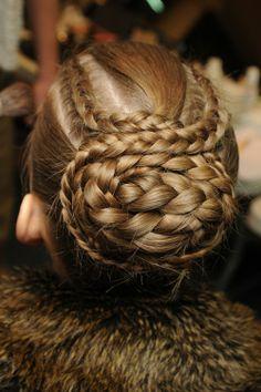 Coque com tranças #braids #up #runway #style #penteado