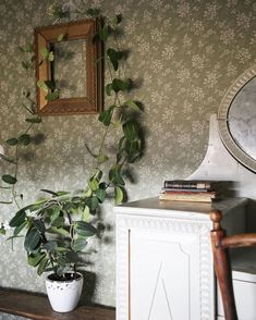 Green Floral Wallpaper, Rose Wallpaper, Cottage Homes, Cottage Style, Dream Bedroom, Home Bedroom, Brown Bedroom Walls, Cozy Cafe, New England Style