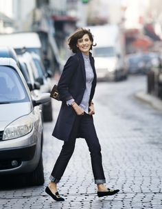 Inès de la Fressange x Uniqlo : la collection automne/hiver dévoilé… I like the straight, dark blue, cuffed jeans and the nice flats with the long cardigan or is that a coat? Style Désinvolte Chic, Style Casual, Casual Chic, My Style, French Chic Style, French Chic Outfits, Smart Casual, Style Icons, Italian Style