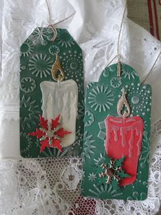 svíčka Jmenovky na dárky vyřezané z embosované čtvrtky. Vel. 5 x 11 cm. Patinováno stříbrnou barvou. Cena za 2 kusy.