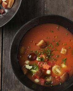 Gazpacho! De heerlijke Spaanse koude soep die perfect past bij hete temperaturen. Werk af met verschillende kleuren kerstomaatjes en croutons.