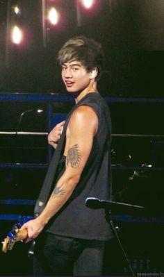 Calum gave Erika this look when she pointed and clapped at Calum for one of his concerts, it was so cute <3