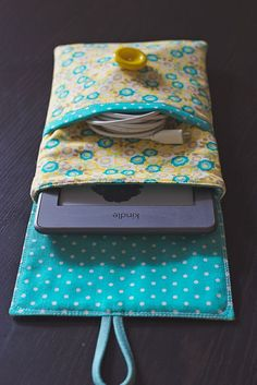 Sewing a lovely Kindle case (pictures) - ipad - Ideas of ipad - Kindle case by Katie Wagner picture 7 Fabric Crafts, Sewing Crafts, Sewing Projects, Diy Crafts, Sewing Hacks, Sewing Tutorials, Sewing Patterns, Doll Patterns, Katie Wagner