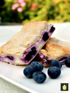 Blueberry Crescent Roll Cheesecake Bars - cream cheese and blueberry filling sandwiched between layers of pastry Crescent Roll Cheesecake, Cream Cheese Crescent Rolls, Cream Cheese Bars, Crescent Roll Recipes, Cresent Rolls, Sopapilla Cheesecake, Cheesecake Bars, Oreo Dessert, Breakfast