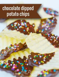 Chocolate dipped potato chips - A couple of easy steps to ew and awesome all at the same time. Yummy Snacks, Yummy Treats, Sweet Treats, Yummy Food, Unique Desserts, Just Desserts, Dessert Recipes, Chocolate Dipped, Melt Chocolate