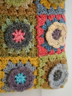 notice color combos Motifs Granny Square, Granny Squares, Crochet Videos, Color Combos, Purses And Bags, Cushions, Wool, Blanket, Knitting