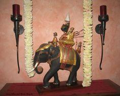 Deko Fernöstliches Fest- Silber-und-Rosen-Shop. Die Elefantenfigur stammt aus Thailand. Auch in Indien sind die asiatischen Elefanten zuhause.