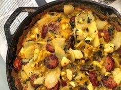 Η περίφημη ανδριώτικη φρουτάλια σε βερσιόν Λάμπρου Βακιάρου. Ρίχνεις τα λουκάνικα, τις πατάτες, τα αυγά στο τηγάνι και δεν προλαβαίνεις να την βάλεις στο πιάτο από τη νοστιμιά. Paella, Cauliflower, Brunch, Vegetables, Ethnic Recipes, Food, Drink, Beverage, Cauliflowers