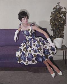 Retro Fashion purple floral dress with shoulder bows Sixties Fashion, Retro Fashion, Vintage Fashion, Womens Fashion, Vintage Vogue, 1950s Fashion Trends, Trendy Fashion, Korean Fashion, Fashion Tips