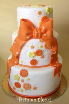 Orange cake with buttons and ribbons Gorgeous Cakes, Pretty Cakes, Cute Cakes, Amazing Cakes, Fondant Cakes, Cupcake Cakes, Button Cake, Gateaux Cake, Novelty Cakes