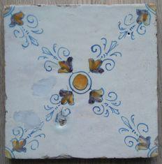 Antieke polychrome tegel type ornament    Zeldzaam !