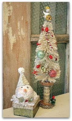 Vintage-looking snowman box & Christmas tree. I love the bottle brush tree in the sheet paper covered spool! Primitive Christmas, Vintage Christmas Crafts, Victorian Christmas, Diy Christmas Ornaments, Christmas Balls, Christmas Projects, Holiday Crafts, Christmas Holidays, Christmas Wreaths