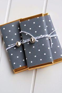 Geschenkpapier schwarz-gold-gepunktet.                                                                                                                                                                                 Mehr