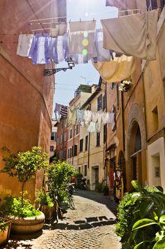 Trastevere ~ Rome ~ Italy alte Straße in Rom im Stadtteil Trastever. Sonniger heißer Sommer Tag. Überall hängt die Wäsche von Haus zu Haus - typisch italienisch