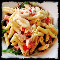 300 gram pasta olijfolie 2 rode paprika's in blokjes 1 gerookte kipfilet in reepjes bakje kruidenkaas scheut melk peper mozzarella in stukjes Pasta beetgaar koken. Ondertussen de paprikablokj…