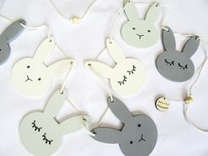 Bunny slinger - Mintgroen/Wit/Grijs Andere kleurkeuze mogelijk Design Projects, Bunny, Place Card Holders, Baby Shower, Creative, Crafts, Diy, Newborn Outfits, Celebration