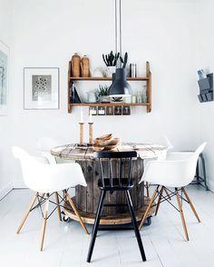 Hjemme hos @morrisseymmm har de fundet et fint, alternativt spisebord, som er en gammel kabeltromle 👌🏼 Foto: Tia Borgsmidt #boligmagasinet #spisebord #spisestue #kabeltromle