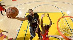 Golden State : Touché au mollet, Kevin Durant incertain contre Portland - NBA 2016-2017 - Basketball          La star des Golden State Warriors Kevin Durant ne s'est pas entraîné mardi et sa participation à la deuxième manche des play-offs de la ... http://www.eurosport.fr/basketball/nba/2016-2017/golden-state-touche-au-mollet-kevin-durant-incertain-contre-portland_sto6134840/story.shtml...