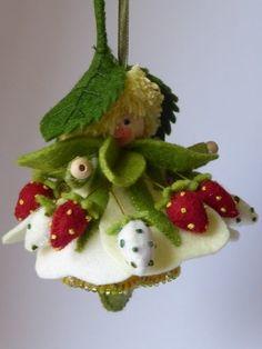 Aardbeihangertje - pakket van Duimelotje by virginia Felt Christmas, Christmas Crafts, Christmas Ornaments, Felt Fairy, Clothespin Dolls, Tiny Dolls, Flower Fairies, Waldorf Dolls, Felt Dolls