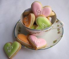 It's Written on the Wall: {Tutorial} Pretty Valentine's Day Cookies You Can Make Too! Cute idea for Valentine cookies. Valentines Day Cookies, Valentines Day Treats, Holiday Cookies, Holiday Treats, Valentine Stuff, Easter Cookies, Birthday Cookies, Funny Valentine, Valentine Heart
