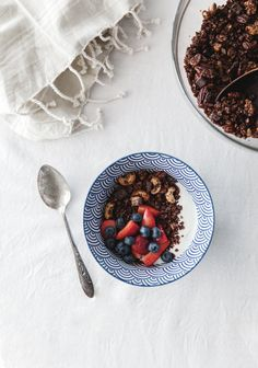 I had friends over for brunch this morning and I cooked—among other dishes—homemade chocolate granola that everyone loved, especially when served with yogurt and fresh strawberries. What's For Breakfast, Breakfast Recipes, Morning Breakfast, Chocolate Granola, Waffle Recipes, Homemade Chocolate, Coco, Food Inspiration, Nutella