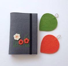 "35 Beğenme, 1 Yorum - Instagram'da Atölye Nes (@atolyenes): ""Kitap kılıfları  Whatsapp 0545 839 41 10…"" Felt Crafts, Diy And Crafts, Diary Decoration, Felt Case, Diary Covers, Diy Bookmarks, Sensory Toys, Wool Applique, Felt Flowers"