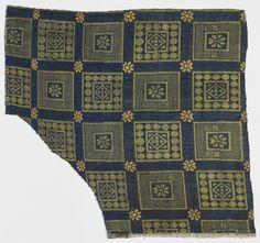 Fragment eines blaugrundigen Seidengewebes;  Inventarnummer: Gew407;  Datierung: 14./15. Jh.;  Material/Technik: Lampas, lanciert, Grund Köperbindung, Muster Leinwandbindung, Ketten: Seide, 2 Blautöne, Schüsse: Seide, mehrere Farben;  Maße: H. 31 cm; B. 32,5 cm