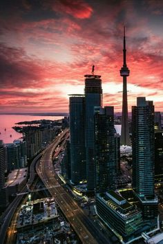 Sunset and city lights at the CN Tower, Toronto. Photographie New York, City Wallpaper, Wallpaper Toronto, Wallpaper Wallpapers, Nature Wallpaper, City Aesthetic, City Photography, Toronto Photography, Cityscape Photography
