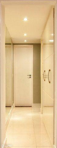 Neste corredor que dá acesso aos quartos e banheiro, foi utilizada tinta camurça da Coral nas paredes, espelhos para ampliação do espaço, rodapés de laca branca e iluminação pontual com dicróicas. Projeto de Millena Miranda.