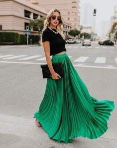 Maxirock kombinieren Sommer schwarz T-Shirt Modetrends 2019 Maxi skirt combine summer black t-shirt fashion trends 2019 … Long Green Skirt, Green Pleated Skirt, Pleated Skirt Outfit, Pleated Maxi, Maxi Skirts, Jean Skirts, Green Maxi, Denim Skirts, Long Skirts