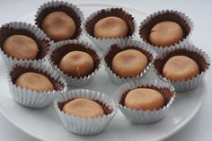 Sugar free peanut butter cups      5 oz unsweetened chocolate    1/4 cup heavy whipping cream    3/4 cup powdered erythritol    concentrated liquid Splenda preferred equal to 1 c. sugar    1 tsp. vanilla