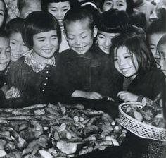 Children happy at distribution of potatoes. 1946. 昭和21年、芋の配給に喜ぶ子供たち。戦前~戦後のレトロ写真(@oldpicture1900)さん | Twitter