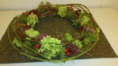 ...gebastelt aus Herbstmaterialien im Herbst...alles aus Wald oder Garten...erst einen Kranz aus Lianen formen und dann verschiedene Materialien einarbeiten! Homemade Things, Grapevine Wreath, Grape Vines, Wreaths, Home Decor, Natural Materials, Crown Cake, Woodland Forest, Autumn